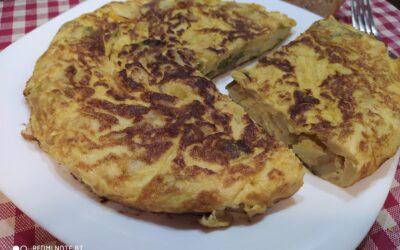 Tortilla de patatas, pimiento y cebolla