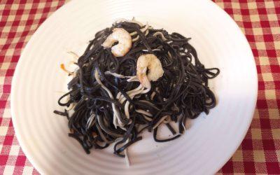 Spaguetti negro con gulas y gambas